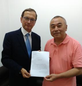 Dr Chen Yuanliang överlämnar utnämning till strategisk samarbetsexpert vid möte på GDCSR den 10 augusti 2016. Foto: Yu Jueyi
